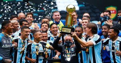 Jogadores do Grêmio dão exemplo: massagista Zezinho ergue taça da Recopa